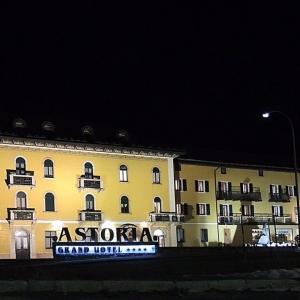 grand-hotel-astoria-night