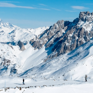 Two-skiers-between-Orelle-and-Val-Thorens-in-the-French-Alps-22784